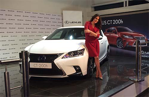 Adriana Ugarte madrina Lexus CT 200h