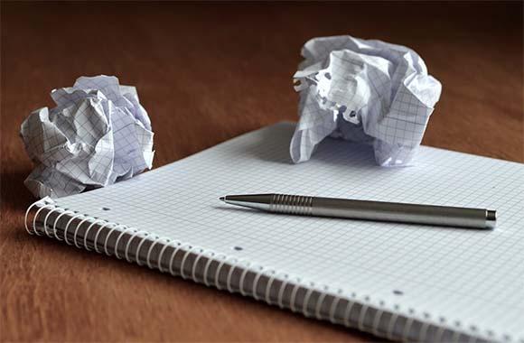 Libreta y bolígrafo para apuntar ideas