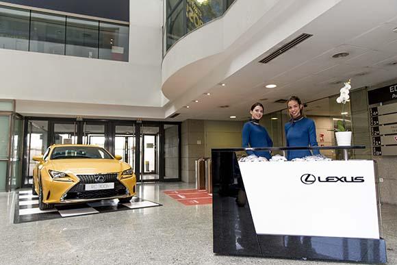 Azafatas y mostrador Lexus