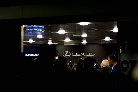 Personas en la presentación del evento Lexus