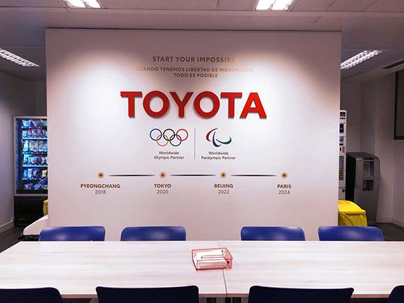 Background en sala de prensa de Toyota