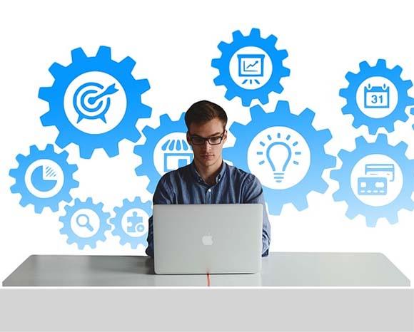 Persona trabajando frente a un ordenador
