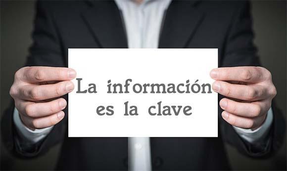 Persona con un cartel La información es la clave