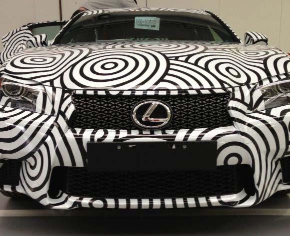 Lexus vinilado con circulos en blanco y negro