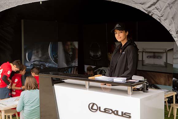 Azafata evento Lexus