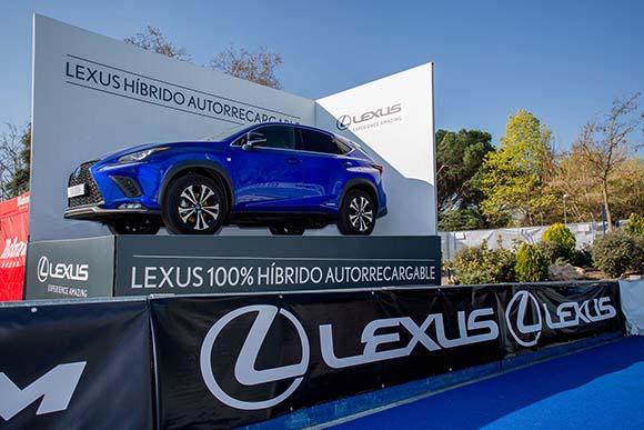 Plataforma con vehículo Lexus
