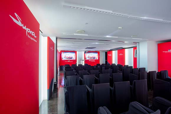 Sala de conferencias evento Toyota Supra