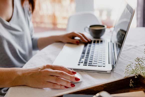 Persona visitando una web