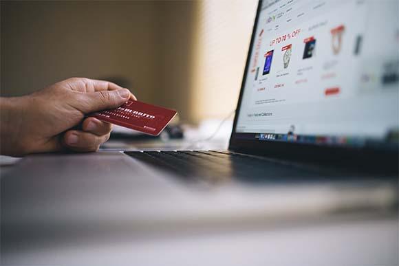 Persona comprando por Internet